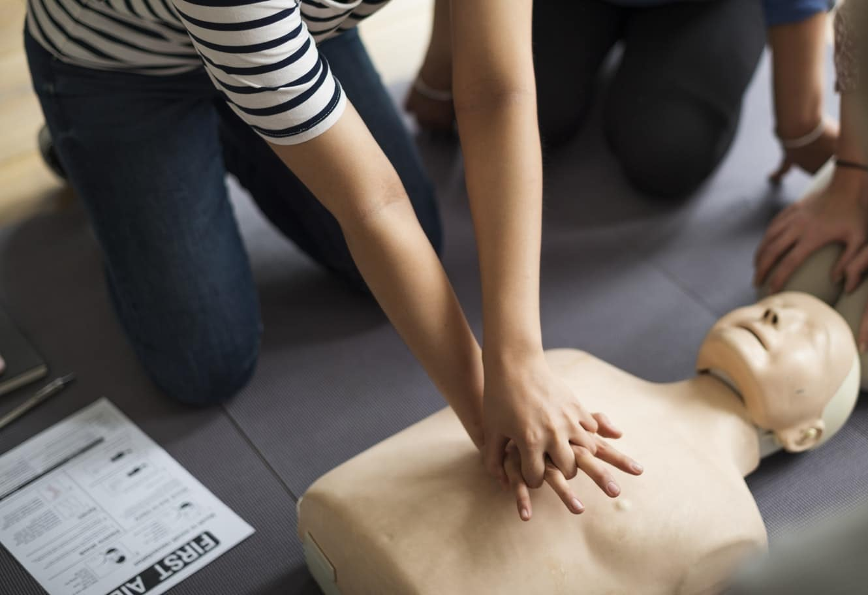 Formation de premiers secours en entreprise avec un mannequin de secourisme