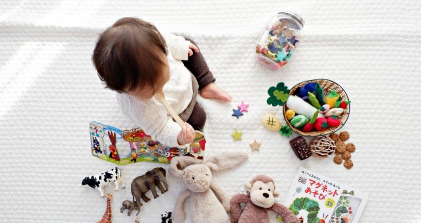 Enfant qui s'amuse avec ses jouets en toute sécurité