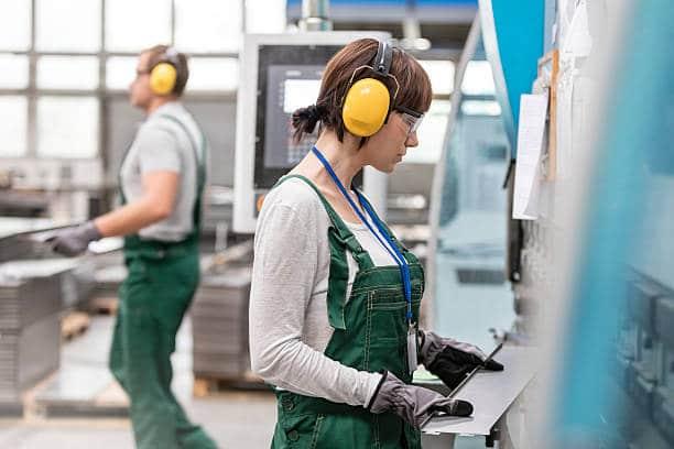 Professionnels de l'industrie qui portent un casque anti-bruit pour protéger leur audition au travail