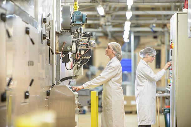 Deux salariées d'une industrie agroalimentaire qui contrôlent des machines