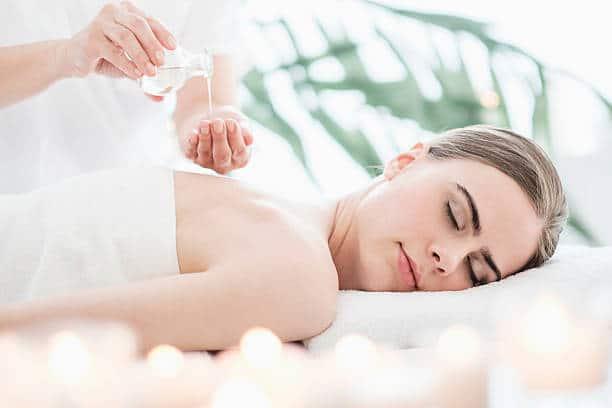 Femme qui se fait masser sur une table de massage
